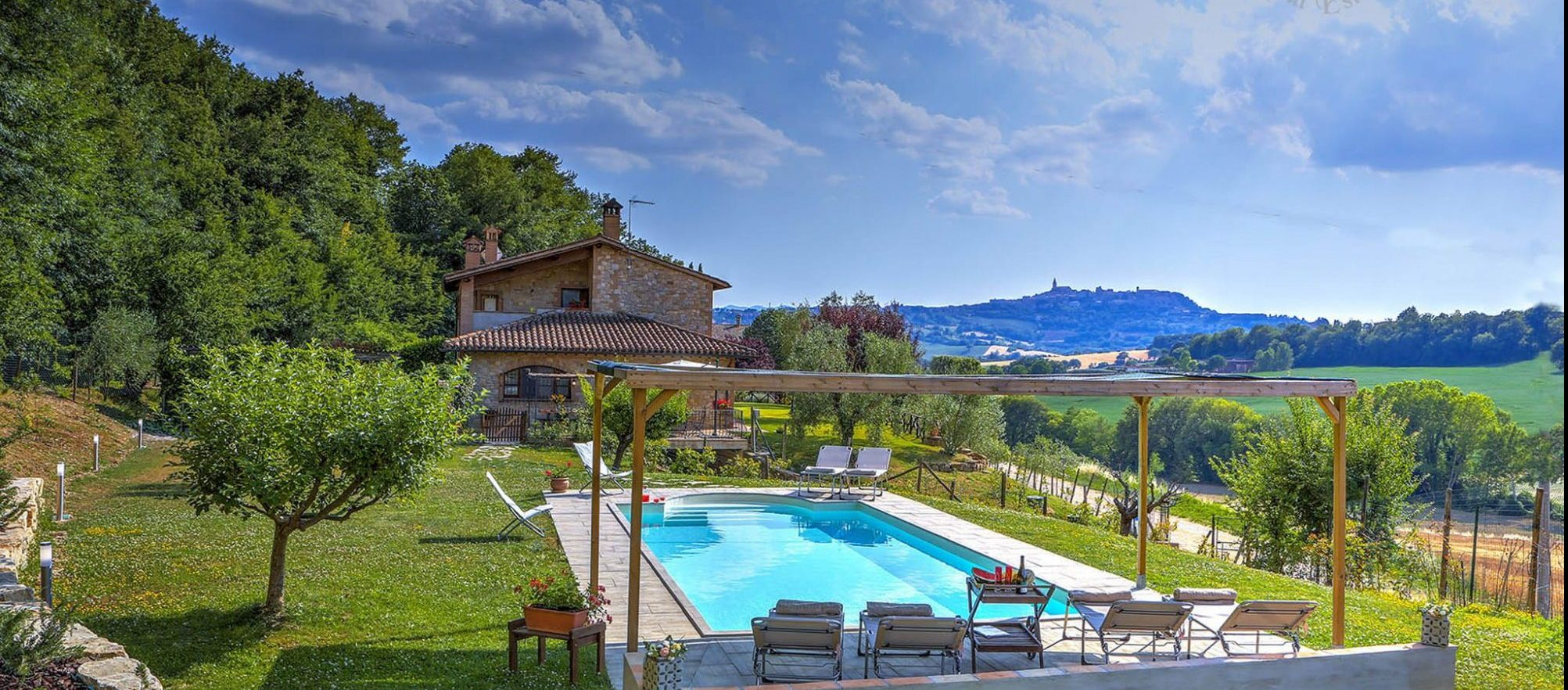 626 – Farmhouse with a beautiful view of Todi